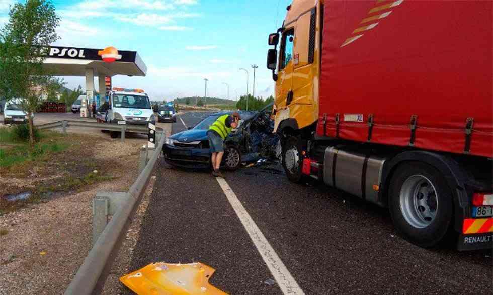 Una colisión entre un turismo y un camión en Cadosa deja un herido