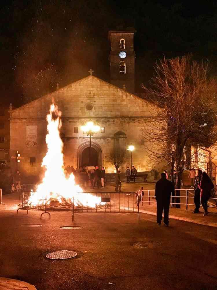 San Leonardo quema su luminaria en Nochebuena