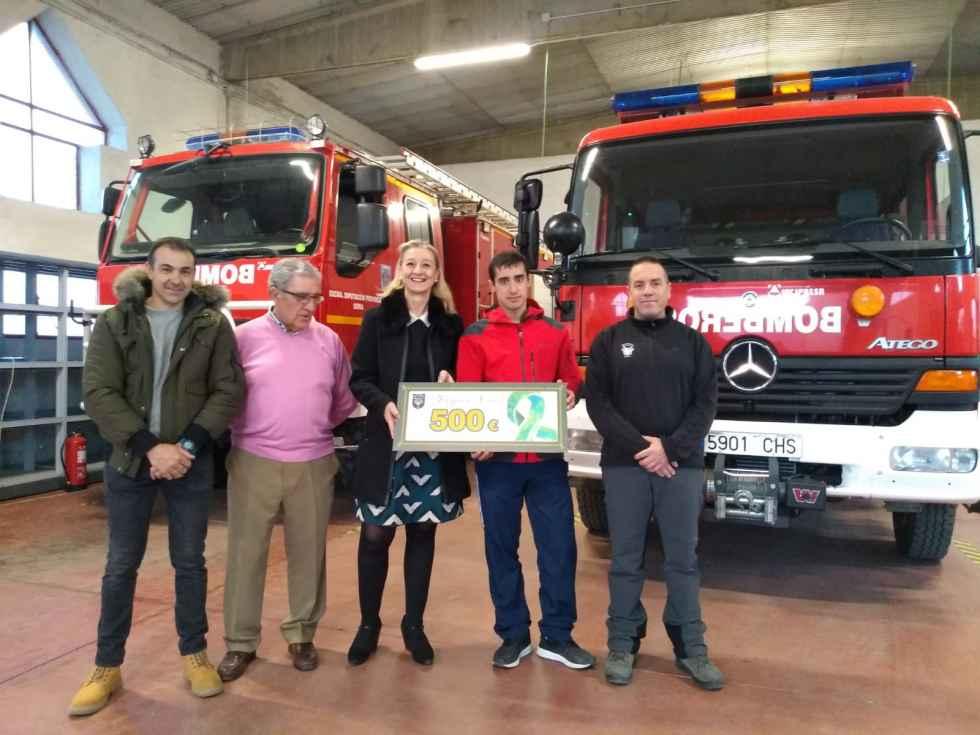 Donación de los bomberos voluntarios a la AECC