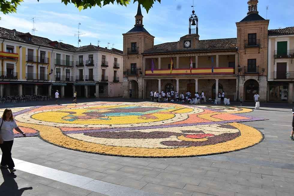 El Burgo rinde tributo a Notrê Dame en sus alfombras florales
