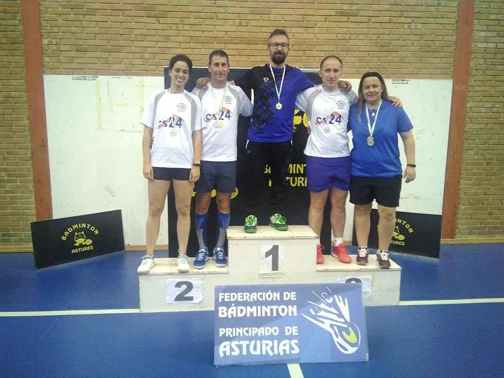 Siete medallas para cerrar la temporada de bádminton en Pravia