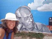 Tardelcuende refleja en un mural sus señas de identidad