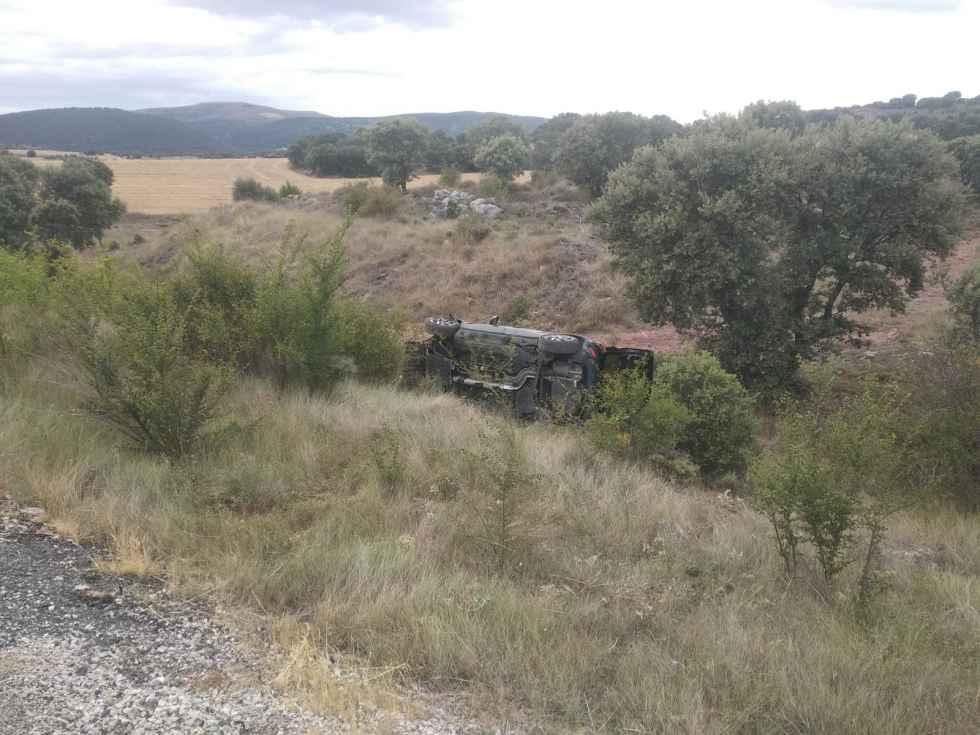 Los bomberos excarcelan a un conductor de vehículo volcado