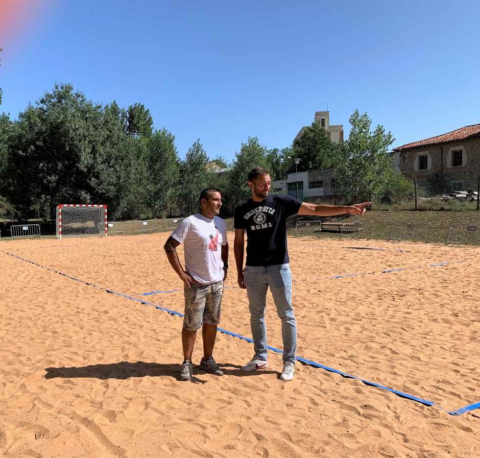 El balonmano estrena las pistas de arena del paraje del Peñón