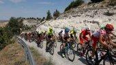 Regulación de tráfico para etapa ciclista en San Esteban de Gormaz