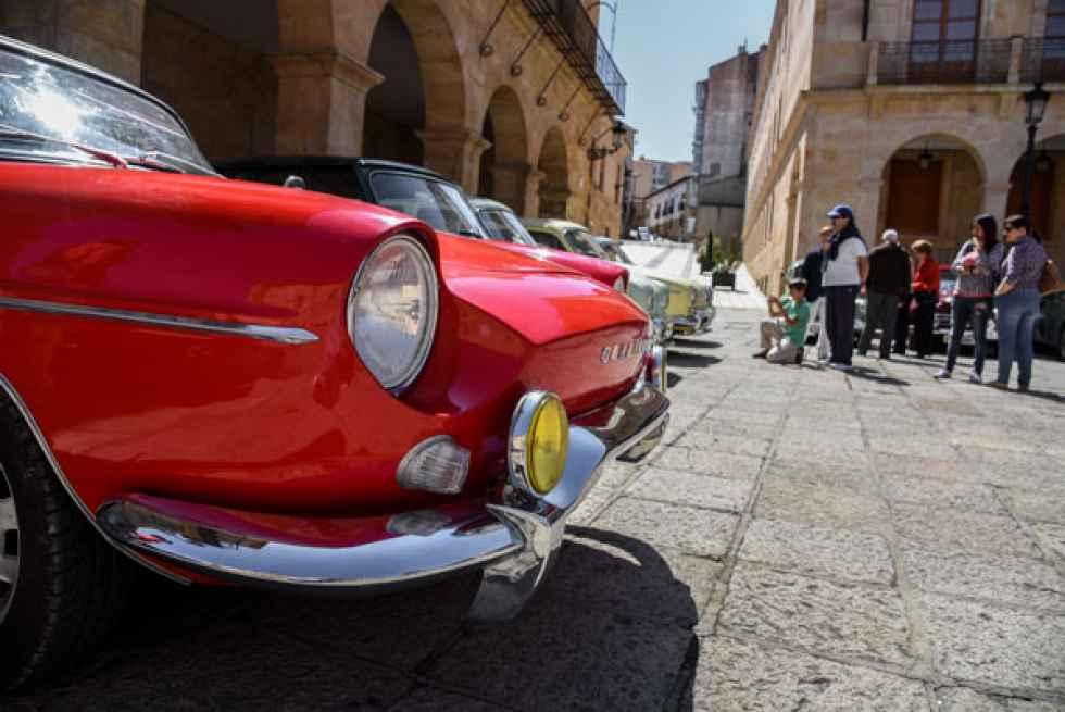Caravana reivindicativa de coches de época en Villar del Río