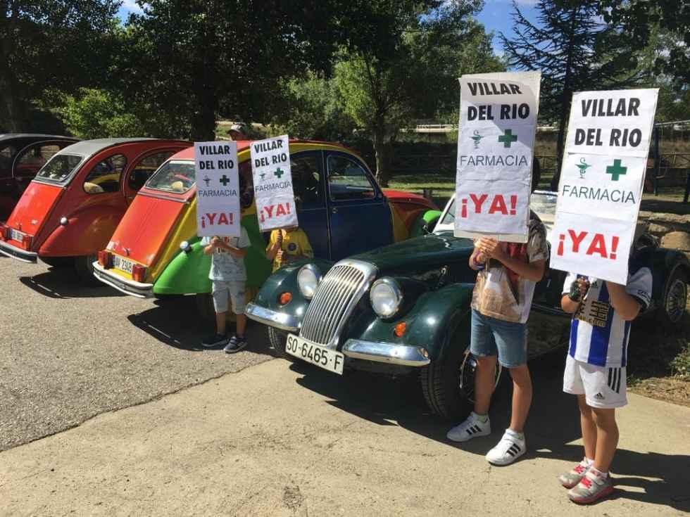 Los coches clásicos llevan medicinas a Villar del Río
