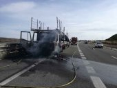 Incendiado en Medinaceli un camión que transportaba vehículos
