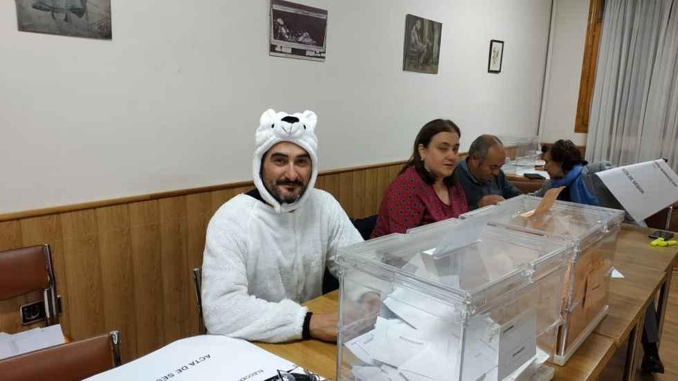 Disfrazado de oso para protestar por designación en mesa electoral