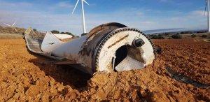 La fuerza del viento derriba pala de aerogenerador en Alentisque