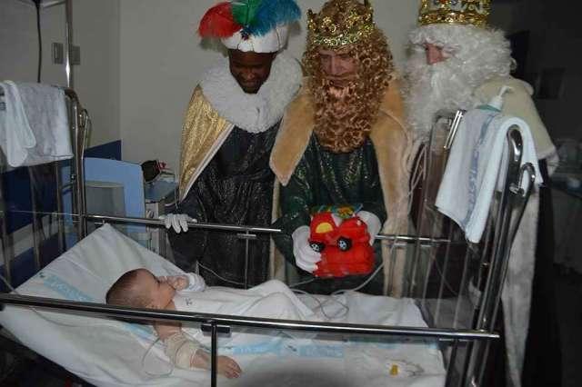 Los Reyes Magos visitan el hospital Santa Bárbara - fotos
