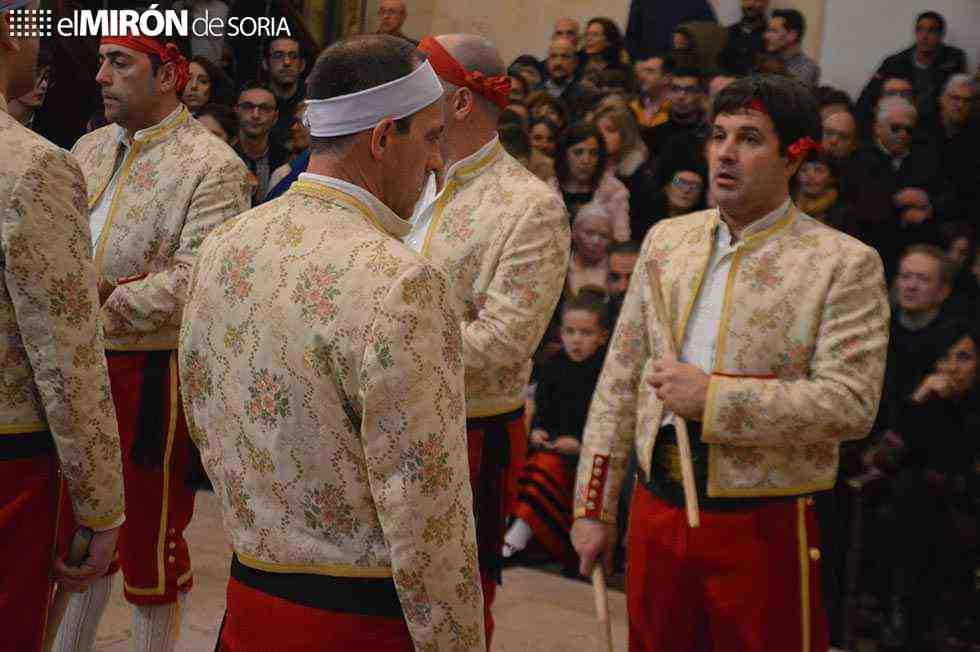 Las danzas del paloteo unen a San Leonardo