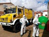 Los voluntarios continúan desinfectando espacios de uso común