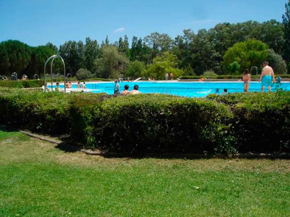 Almazán acondiciona sus piscinas de verano