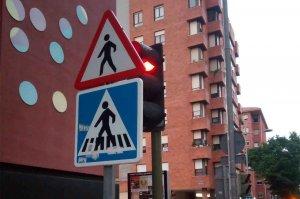 Una señal ¿para tapar el semáforo?