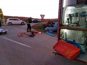 Los bomberos liberan a mujer atrapada en vehículo
