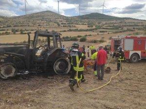 Tractor calcinado en Añavieja