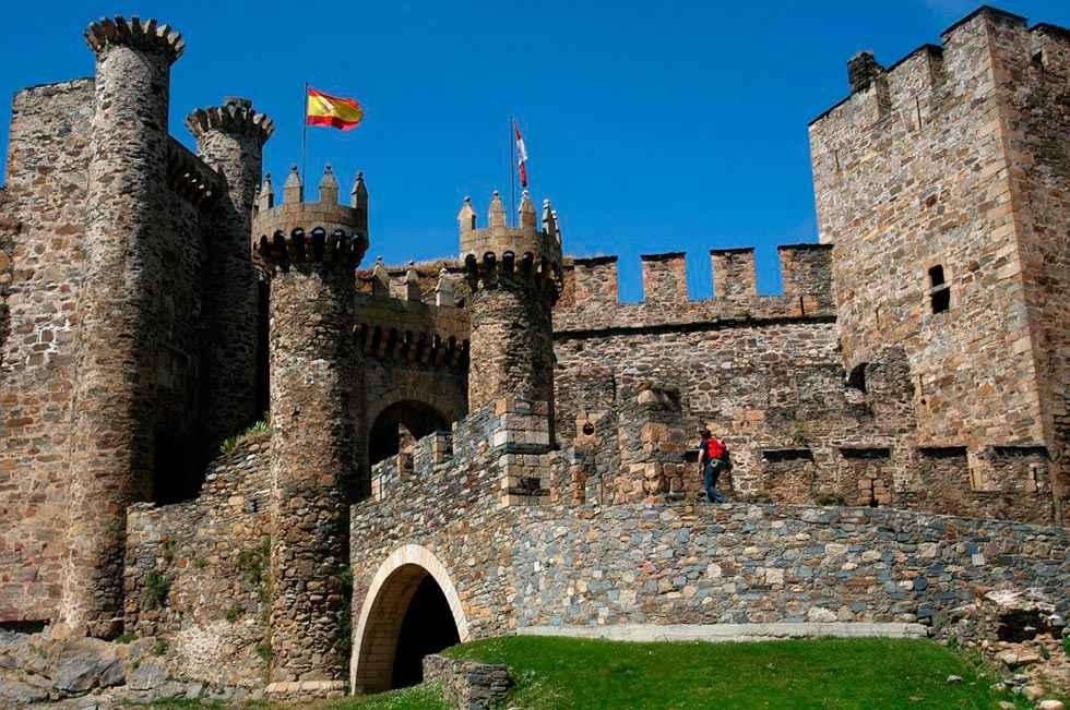 Cae al vacío desde almena del castillo de Ponferrada