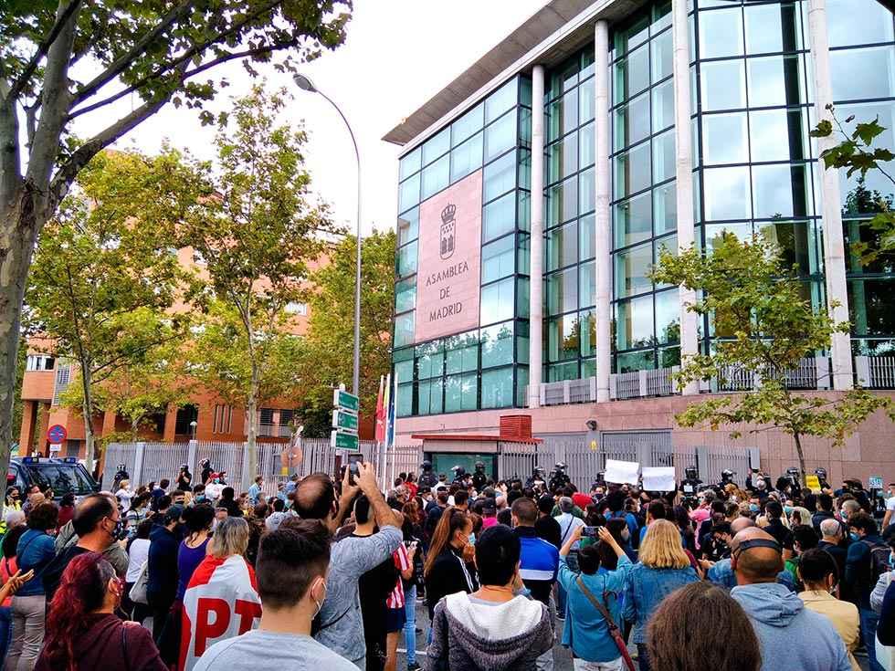 """El Madrid """"restringido"""" se moviliza contra confinamientos"""