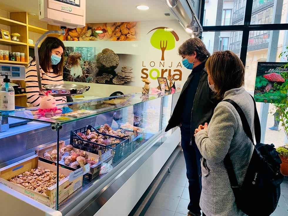 La lonja micológica abre en el mercado municipal