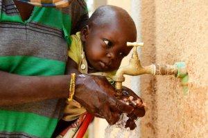 UNICEF alerta de riesgos por no poder lavarse manos