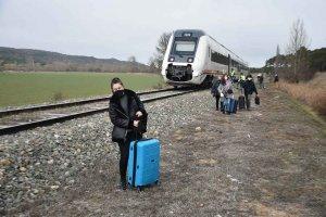 Un tren arrolla un turismo en Matamala - fotos