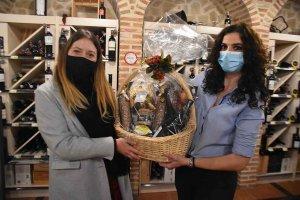 Silvia Garijo recoge la cesta navideña