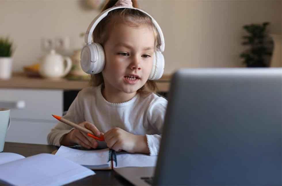 Educación formará a 16.000 familias en uso de las TIC