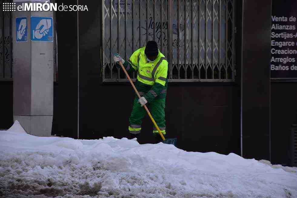 Los vecinos refuerzan el dispositivo municipal para retirar nieve