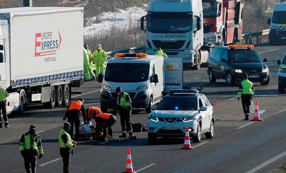 Atropello mortal cuando iban a auxiliar a camión