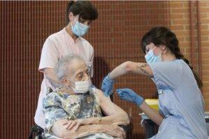 Funcionarios mayores de 80 años, excluidos de vacunación