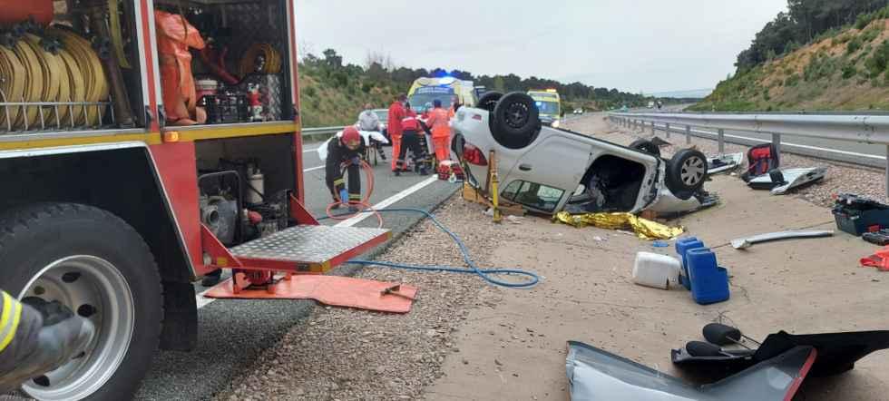 Los bomberos intervienen en dos vuelcos de vehículos