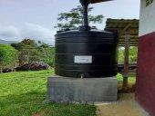 Seis bidones para llevar el agua en Ngovayang
