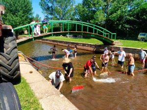 Los vecinos acondicionan piscina natural de Sotillo