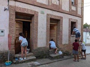 Los jóvenes de Andaluz adecentan el pueblo