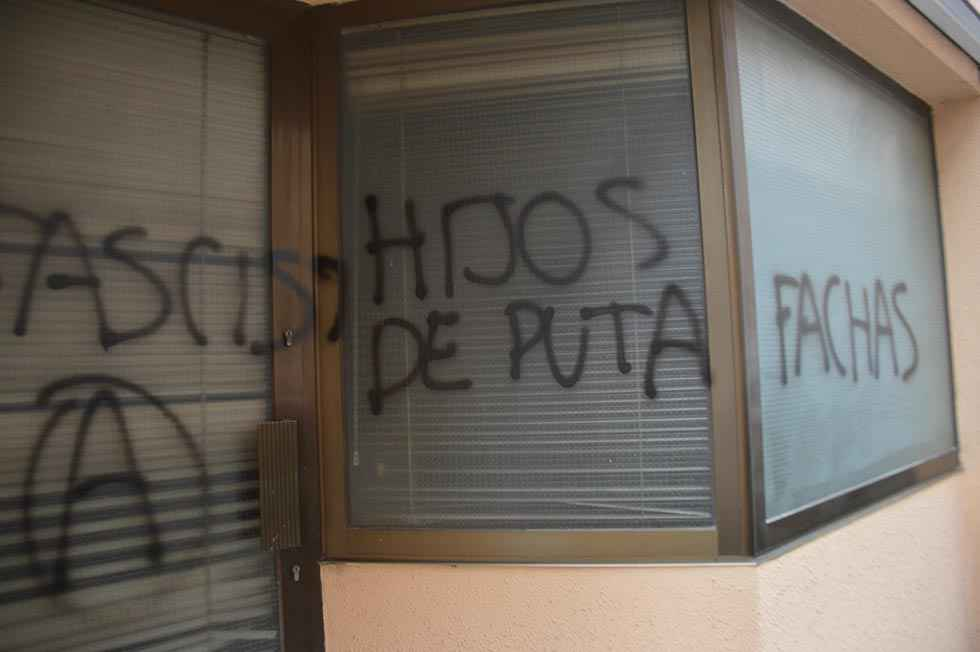 Pintadas insultantes en sede de Vox